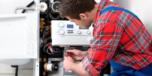 Fachmann wartet Boiler für Warmwasser und Heizung