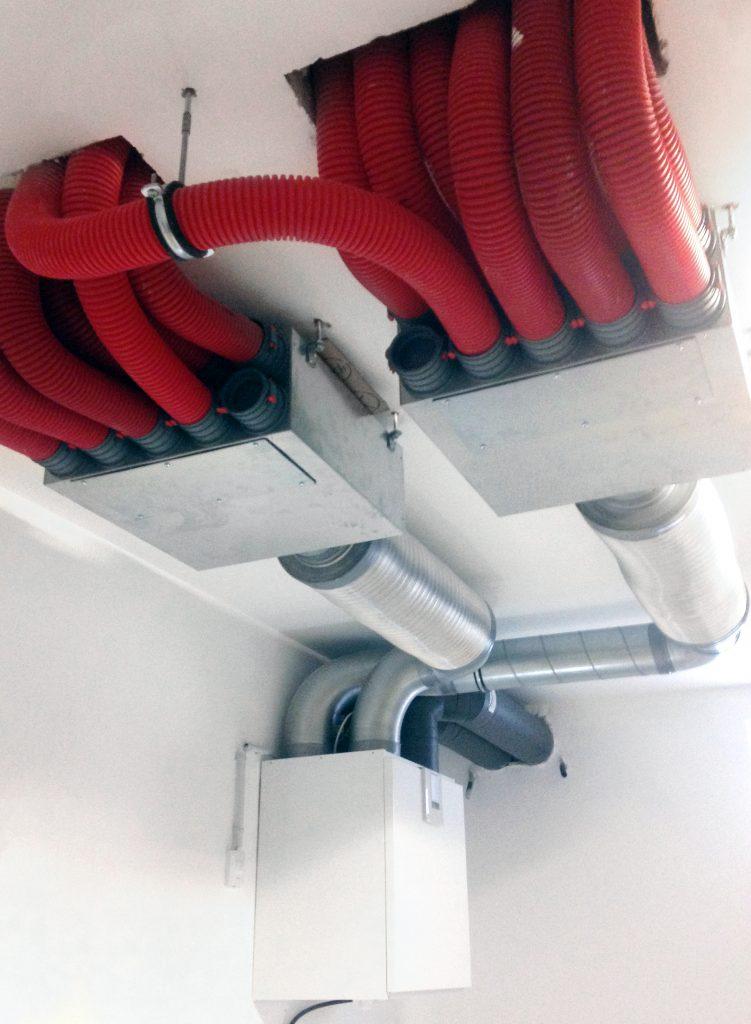 Fertiggestellte Lüftungsanlage mit Luftverteilerkasten und Schalldämpfer.